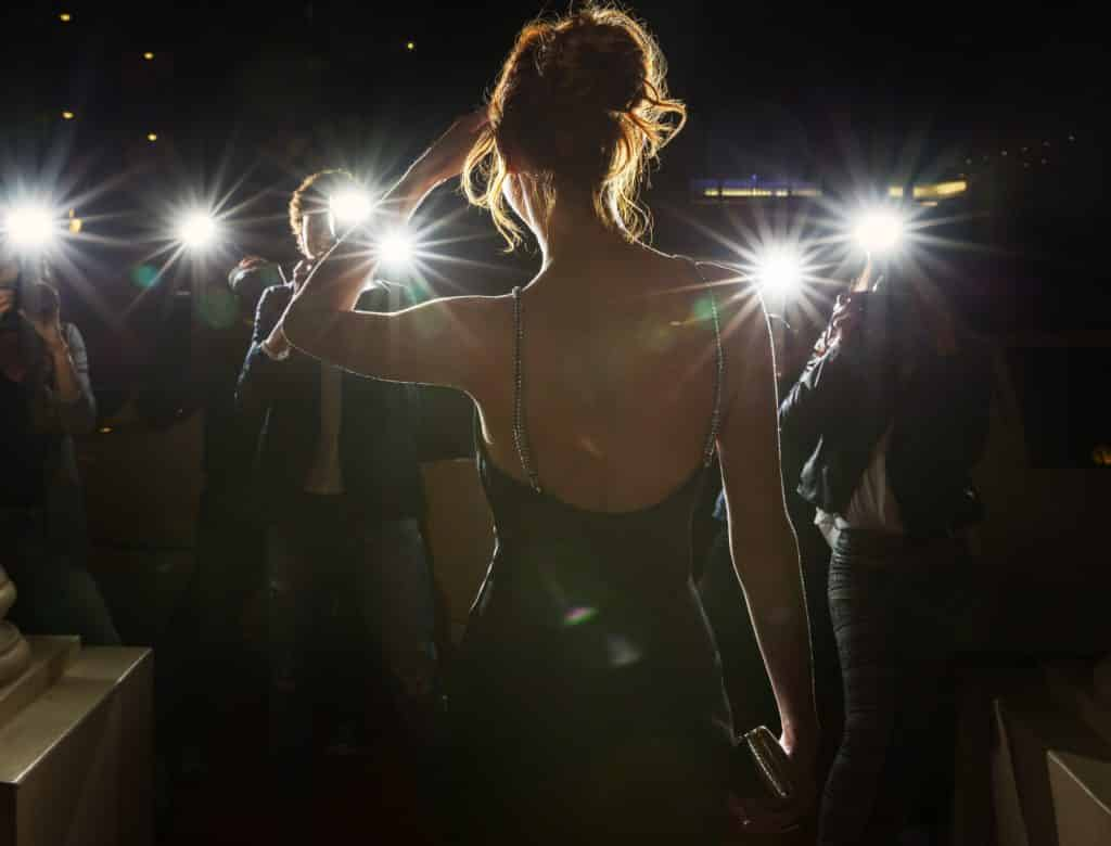 mujer de espaldas paparazzi