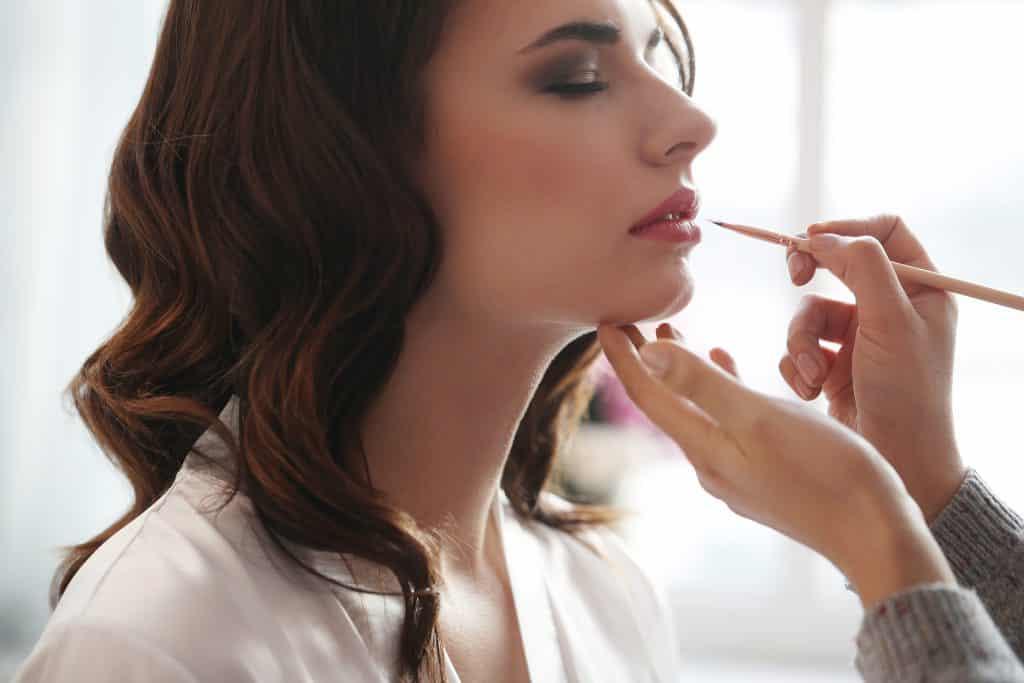 mujer maquillaje labios